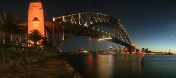 Puente de puerto de Sydney en el panorama de la noche Foto de archivo libre de regalías