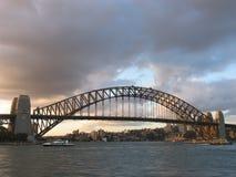 Puente de puerto de Sydney en la puesta del sol Foto de archivo