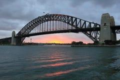 Puente de puerto de Sydney famoso en la puesta del sol Fotos de archivo libres de regalías
