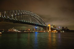 Puente de puerto de Sydney por noche Imágenes de archivo libres de regalías