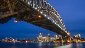 Puente de puerto de Sydney por noche fotos de archivo libres de regalías