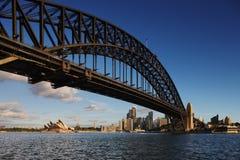 Puente de puerto de Sydney y teatro de la ópera de Sydney en DA Imagen de archivo libre de regalías