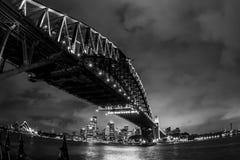 Puente de puerto de Sydney en la noche australia El puente del puerto se ve a trav?s del agua de Sydney Harbour foto de archivo