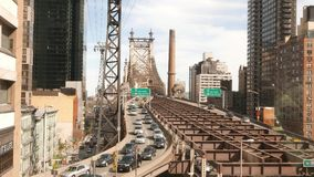 Puente de Queensboro en tráfico de la calle de Manhattan en 4k