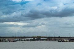 Puente de Rama 4 que cruza a Chao Phraya River fotografía de archivo