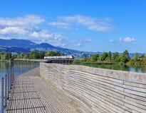 Puente de Rapperswil-Hurden sobre el lago Zurich Fotos de archivo libres de regalías