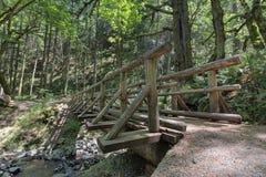 Puente de registro de madera sobre la cala de Gorton Imagen de archivo libre de regalías