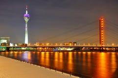Puente de Rheinknie en la noche en Düsseldorf Fotografía de archivo libre de regalías