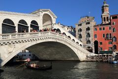 Puente de Rialto en Venecia, Italia fotografía de archivo