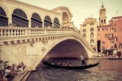 Puente de Rialto sobre Grand Canal en Venecia Fotografía de archivo libre de regalías