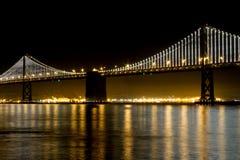 Puente de San Francisco Bay en la noche Foto de archivo libre de regalías