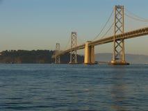 Puente de San Francisco Bay en la puesta del sol fotografía de archivo