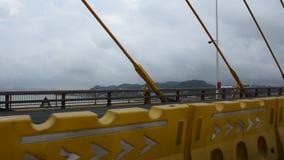 Puente de Shantou Qureshi que cruza el puerto de Shantou en el río de Rong en la ciudad de Swatow metrajes