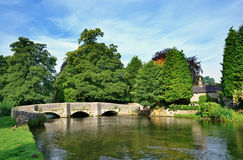 Puente de Sheepwash en el Ashford-En--agua Imagenes de archivo