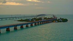 Puente de siete millas en la puesta del sol en un día ventoso metrajes