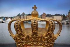 Puente de Skeppsholmsbron Skeppsholm con la corona de oro en un bridg Imagenes de archivo
