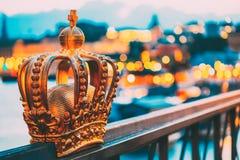 Puente de Skeppsholmsbron Skeppsholm con su corona dorada famosa en Estocolmo, Suecia fotografía de archivo libre de regalías