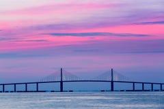 Puente de Skyway de la sol en el amanecer Foto de archivo