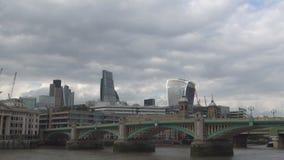 Puente de Southwark en el centro de la ciudad de la ciudad de Londres que cruza el río Támesis en día nublado almacen de video