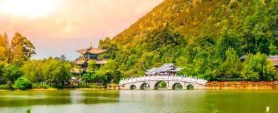 Puente de Suocui sobre Dragon Pool negro en el pabellón del abarcamiento de la luna en Jade Spring Park, Lijiang, China Imágenes de archivo libres de regalías