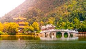 Puente de Suocui sobre Dragon Pool negro en el pabellón del abarcamiento de la luna en Jade Spring Park, Lijiang, China Foto de archivo