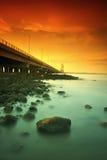 Puente de Suramadu al lado de rocas Fotos de archivo