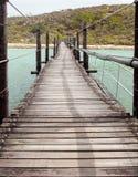 Puente de suspensión de madera largo Fotos de archivo