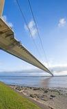 Puente de suspensión grande sobre un río Imágenes de archivo libres de regalías