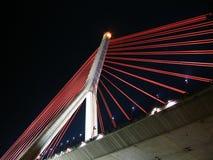 Puente de suspensión moderno de Night Foto de archivo