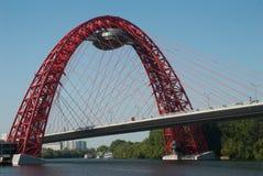 Puente de suspensión moderno en el río de Moscú Imágenes de archivo libres de regalías