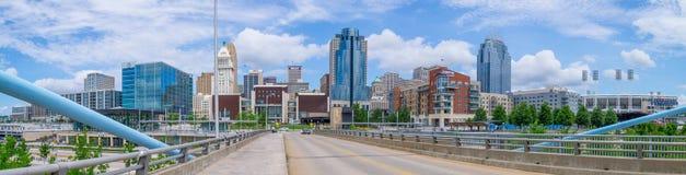 Puente de suspensi?n de Juan A Puente de Roebling y panorama del horizonte de Cincinnati, Cincinnati, OH imagen de archivo