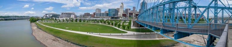Puente de suspensi?n de Juan A Puente de Roebling y panorama del horizonte de Cincinnati, Cincinnati, OH fotos de archivo