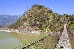 Puente de suspensión rural, Nepal Fotos de archivo libres de regalías