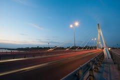 Puente de Swietokrzyski en la puesta del sol Fotografía de archivo