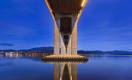 Puente de Tasman bajo luz fotos de archivo