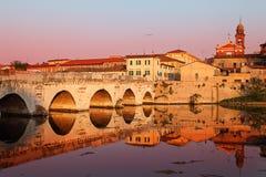 Puente de Tiberius en la puesta del sol. Rimini, Italia Imagen de archivo