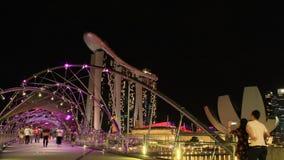 Puente de time lapse y Marina Bay Sands en la noche, ciudad Asia de la hélice de Singapur almacen de video