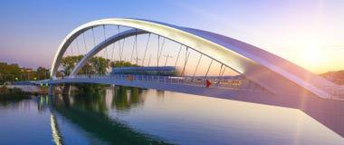 Puente de travesía del tranvía en la puesta del sol Foto de archivo libre de regalías