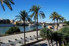 Puente de Triana a través del río, Sevilla, España imagen de archivo