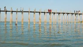 Puente de U Bein en el lago Taungthaman La columnata el 1 el puente de 2 kilómetros fue construido hacia 1850 y es el más viejo y Fotos de archivo