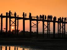 Puente de U Bein en la puesta del sol Imagen de archivo libre de regalías