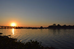 Puente de U Bein en la puesta del sol en Amarapura, Mandalay, Myanmar Imágenes de archivo libres de regalías