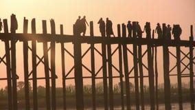 Puente de U Bein, Mandalay, Myanmar almacen de video