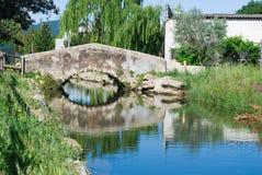 Puente de un pequeño pueblo catalan Agua de r?o foto de archivo libre de regalías