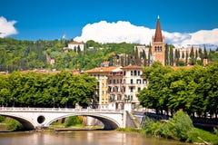 Puente de Verona y opinión del río del Adigio Fotos de archivo