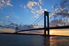 Puente de Verrazano en la puesta del sol en Nueva York Imágenes de archivo libres de regalías