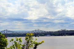 Puente de Vidalia a través de Mississippi Imagenes de archivo
