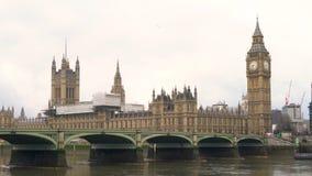Puente de Westminster sobre el río Támesis al lado de Big Ben y las casas del parlamento metrajes