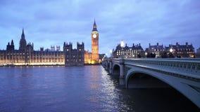 Puente de Westminster y casas del parlamento con Big Ben por la tarde almacen de metraje de vídeo