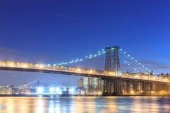 Puente de Williamsburg con el horizonte de New York City Foto de archivo